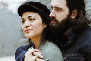 Mann und Frau halten sich