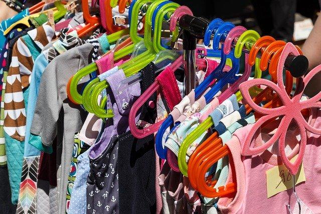 Kinderkleidung auf Kleiderstange