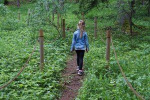 Mädchen auf Waldweg