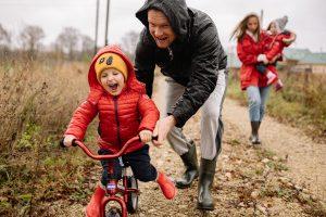 Familienspaziergang im Regen