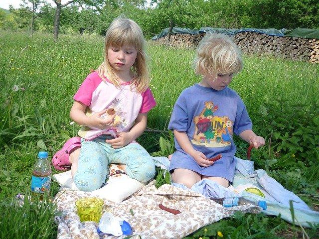 Zwei Mädchen picknicken auf Wiese