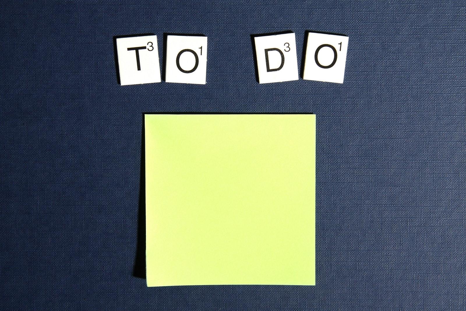 Notizzettel mit To Do Buchstaben
