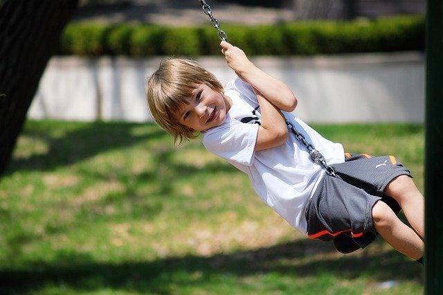 Junge auf Seilbahn auf Kinderspielplatz