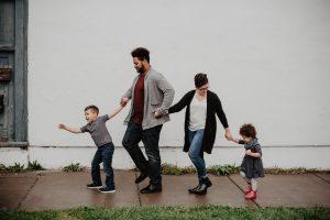 Familie spaziert durch den Regen