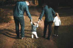 Familie auf Waldweg