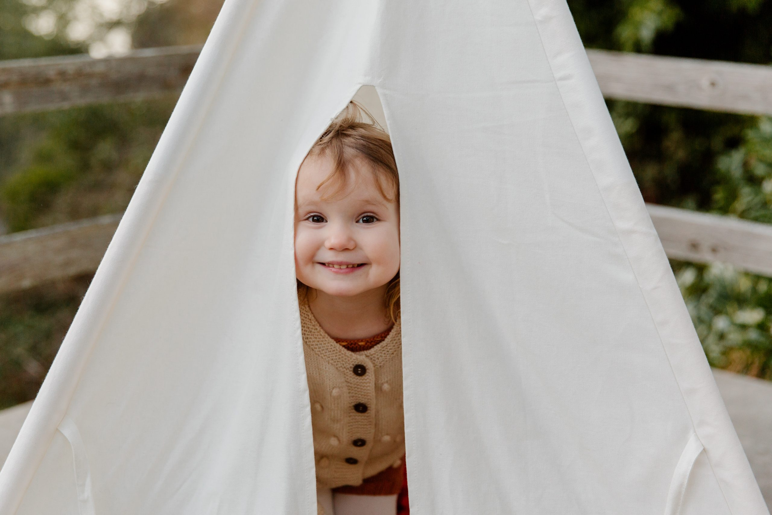 Kind schaut aus Zelt