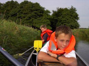 Kinder in Kanu auf Fluss