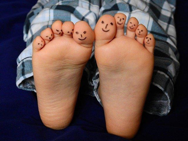 Kinderfüsse mit angemalten Zehen
