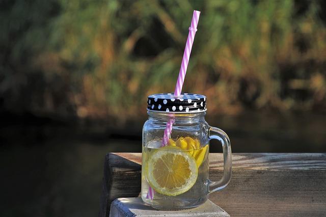 Glas mit Zitronenlimonade auf Tisch