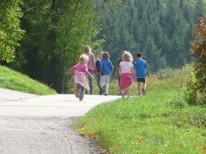Kinder auf Feldweg von hinten