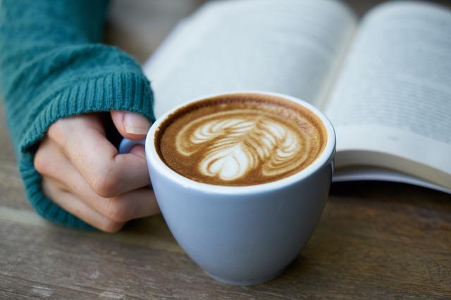 Kaffeetasse Hand und Buch