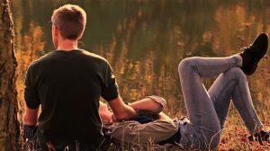 Paar am See in Abendlicht