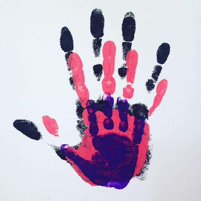 Drei Handabdrücke mit Fingerfarbe
