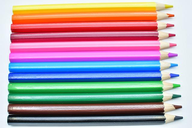 Bunte Stifte liegen in einer Reihe