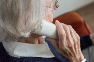 Ältere Frau am Telefon