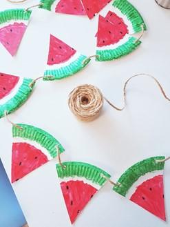 Girlande aus Papptellern im Wassermelonenlook