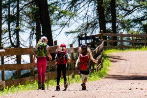 Drei Mädchen auf Wanderweg